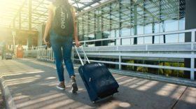 oro uosto ekspresas mergina eina